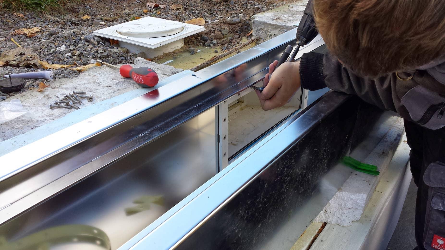 Pool-Überlaufrinne aus Edelstahl mit Metall-Schachtabdeckung von Metallbau Häusler
