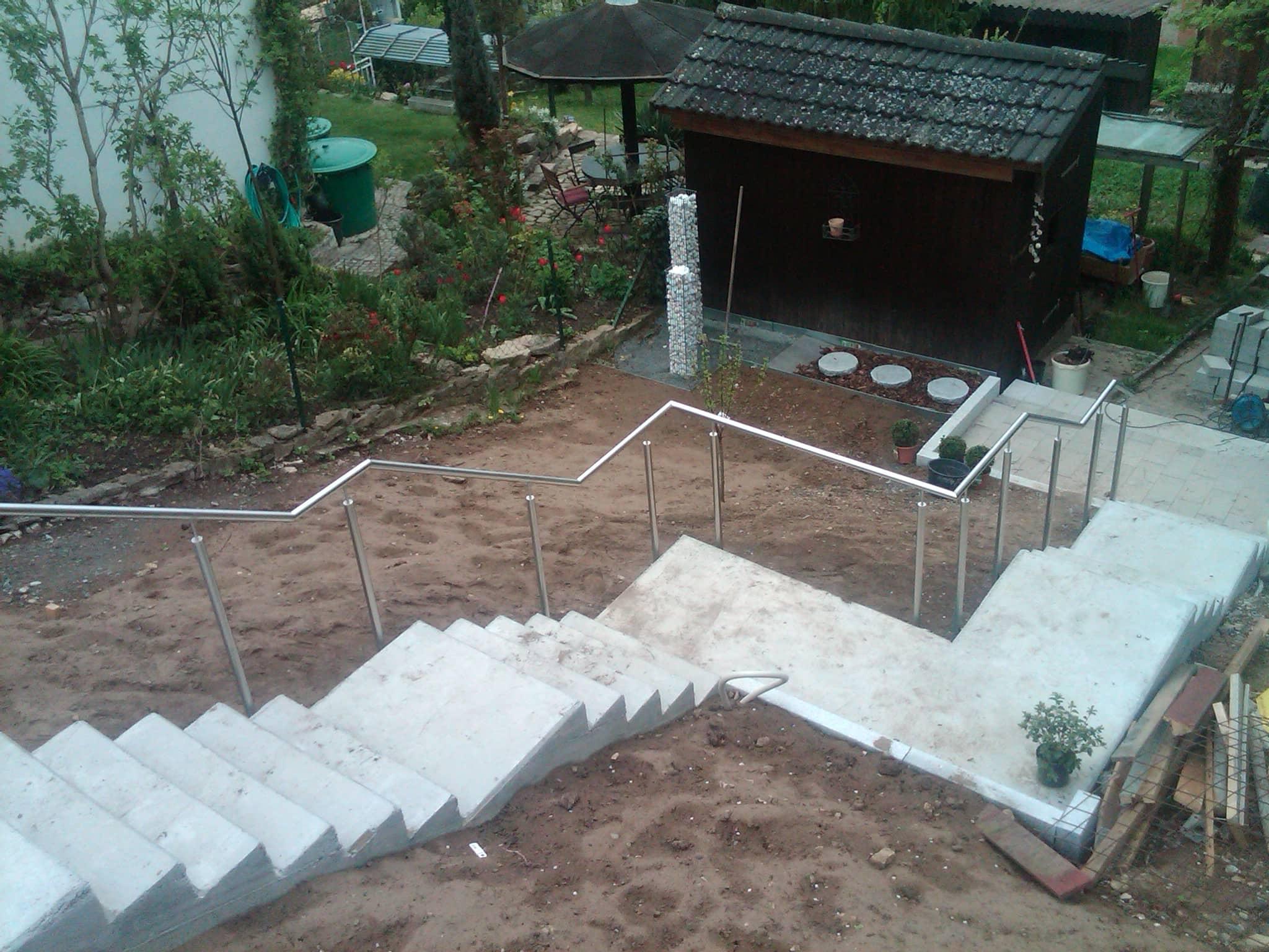 An Gelände angepasstes Edelstahl-Treppengeländer von Metallbau Häusler