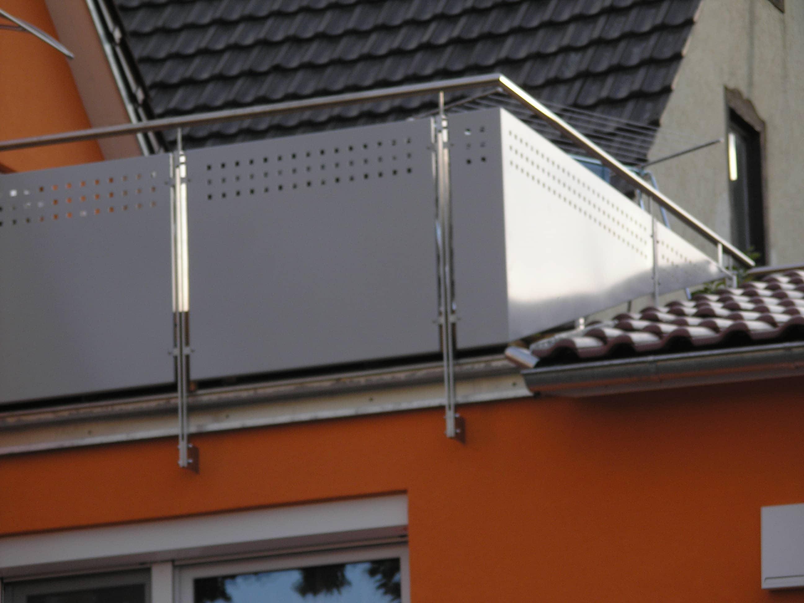 Balkongeländer mit Edelstahlhandlauf von Metallbau Häusler